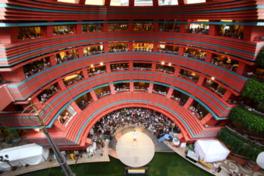 施設中央のサンプラザステージではさまざまなイベントを開催する