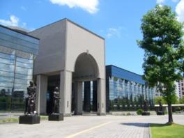 エミール・アントワーヌ・ブールデルの4体のブロンズ像が立つ