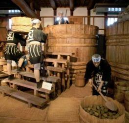 味噌蔵を改築した史料館では、明治時代当時の味噌作りを人形を使って再現したコーナーが見学できる