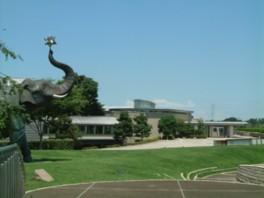 施設と並べば象の像の巨大さが引き立つ