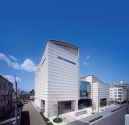 高松駅や高松港に程近い文化の中心地に立つ