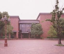 周辺には市役所や図書館などの施設が集まる