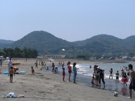 遠浅で波が穏やかなのが特徴の上総湊海水浴場