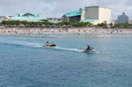青く澄んだ海でマリンスポーツを体験できる