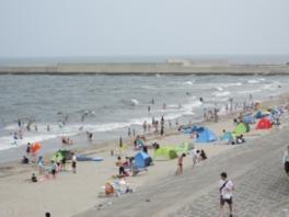 遠浅の海で知られる藤塚浜海水浴場