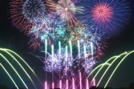 レーザーや音楽などに合わせて1万発の花火が打ち上がる