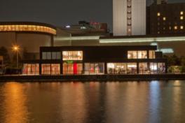 堂島川左岸に建つ美術館