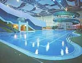 水深3mの潜水用プールも完備する