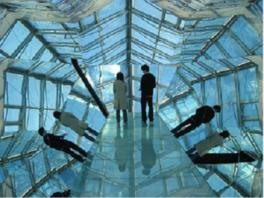 壁と床が鏡張りのエアートラバース