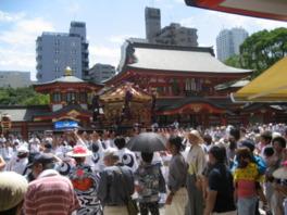 神輿の宮出しを見るため多くの人でごった返す境内