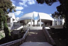 特徴的な建物の建築設計は黒川紀章によるもの