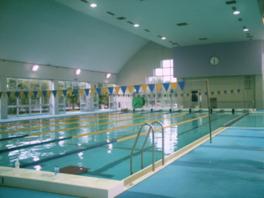 室内プールでは水泳スクールも開かれる