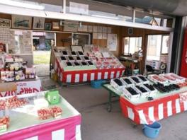 直売所では採れ立ての果物やジュースを販売