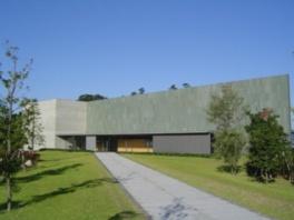 瀬戸内海に隣接した緑の庭園の中に立つ美術館