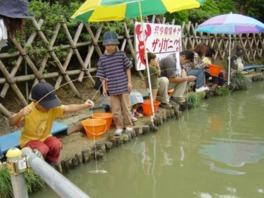 園内の池ではザリガニ釣りが2時間500円で楽しめる