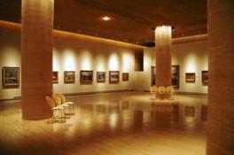広々としたモダンな館内で神戸の芸術に触れる