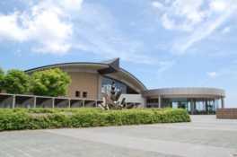 昭和の新潟の暮らしを実物大で再現する他、縄文文化の展示では質・量ともに全国屈指の内容となっている