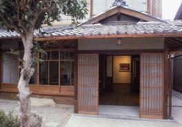 昭和初期の町家の和室や蔵を活かして造られた