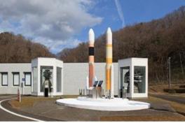 屋外の大型液体燃料ロケットエンジン。その大きさを間近で感じることができる