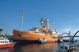 ガーデンふ頭に係留する南極観測船ふじ