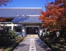 京都の中央に位置する相国寺の境内に建っている