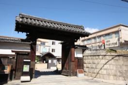 正門、石塀は国登録文化財に指定されている