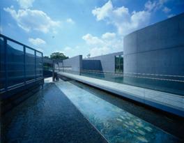 建物は安藤忠雄の設計で水とコンクリートが美しい