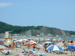 白くてサラサラした砂浜が続くビーチに多くの海水浴客が集う