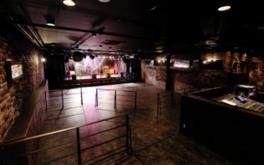 ロックバンドのステージが映えるデザインのホール