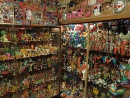 懐かしいおもちゃやお面がぎっしりと並ぶ。子供の頃の思い出のおもちゃに再会できる
