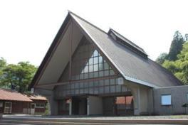 合掌造りを模した建物で三角屋根のコンサート会場では美しい音色が響く