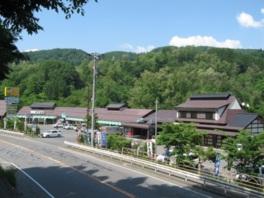 犀川沿いの自然豊かな山あいにある