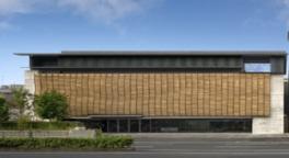 外壁には約4000本のセラミックルーバーによる簾を設け、西本願寺所蔵の「西本願寺本三十六人家集 素性集」の台紙に描かれた波模様をモチーフにしている