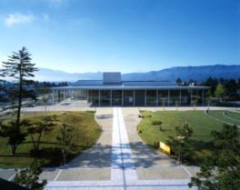 周辺の景観と調和するよう和風建築の要素が取り入れられている