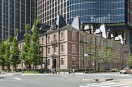 丸の内のオフィス街に赤レンガの建物が映える