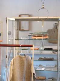 衣類や食器など、生活に身近な作品を展示販売