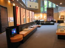 常設展示室は、1つの象徴展示と14のテーマ展示から構成