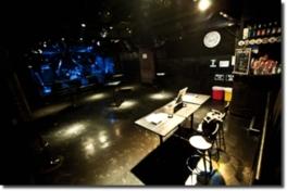 ステージが低く、一体感のあるライブが楽しめる