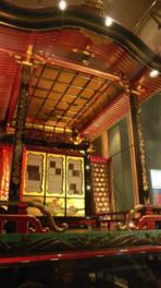 亭(チン)と呼ばれる2階部分で囃子(シャギリ)を演奏する