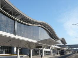国際空港にふさわしいダイナミック大屋根のフォルム