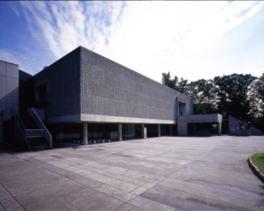 国の重要文化財である本館は、ル・コルビジュエの設計