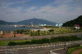 敦賀港からの心地良い潮風が楽しめる
