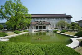 重要文化財の黒門の他、彫刻や石像など屋外展示もある