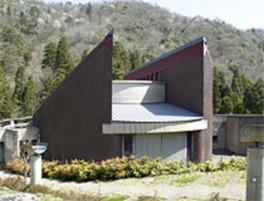 鬼の力強いイメージを表現した建物