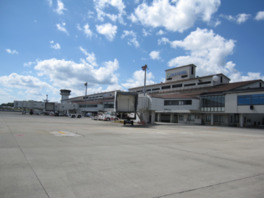 ターミナルビルの南側からみた岡山空港