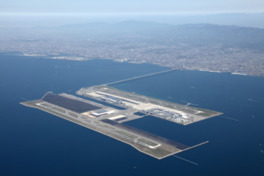大阪湾内泉州沖5kmの人工島にある海上空港