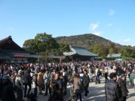 初詣の時期は約90万人の人出でにぎわう