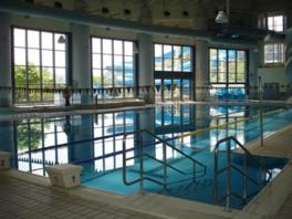 天井の高さが印象的な室内プール