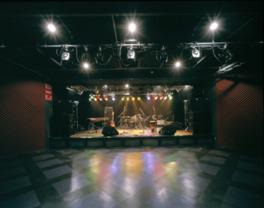 広々としたステージは、出演者とオーディエンスに好評