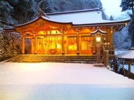 雪化粧した社殿の姿も美しい
